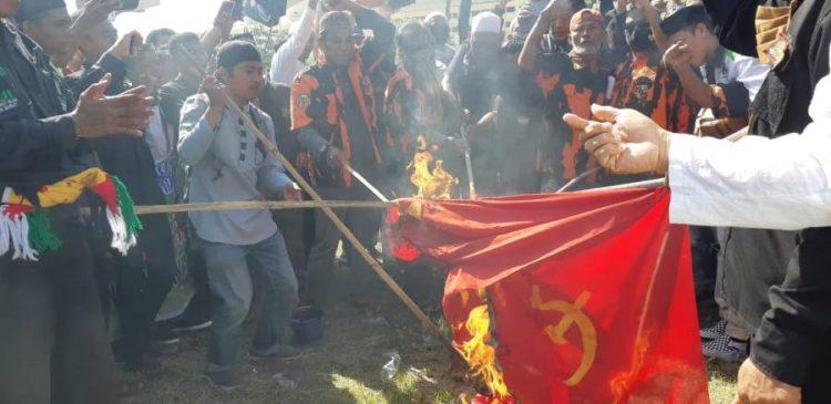 Tolak RUU HIP, Massa Ormas Islam Bakar Bendera PKI