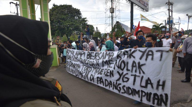 Unjuk Rasa Tolak Berdirinya Pasar Modern di Kota Padangsidimpuan